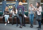 Nach der Wahl: Genossinnen feiern mit Stadtparlamentarier Gallus Hufenus ihren Erfolg in der Stickerei. (Bild: Benjamin Manser)