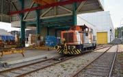 Wenn die Bühler Lokomotive nicht unterwegs ist, steht sie bei der Verladestation des Unternehmens an der Bahnhofstrasse. (Bild: Urs Bänziger)