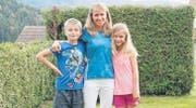 Bernadette Meier-Brändle zusammen mit ihren Kindern Mario und Christina im Garten in ihrem Zuhause in Dreien. (Bild: Beat Lanzendorfer)