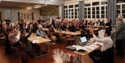 Trotz längerer Diskussionen folgten die Bürgerinnen und Bürger den Anträgen des Stadtrats. (Bild: Benjamin Schmid)