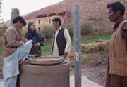 Marianne Huber inspiziert eines der unzähligen von ihr betreuten Entwicklungshilfeprojekte, einen modernen Dorfbrunnen. (Bild: PD)