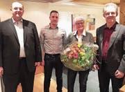 An der HV der FDP Berneck gratulierte Präsident Andreas Reis (ganz links) Fabian Meier (2. von links) zur Wahl in den Vorstand. Zudem verdankte er Helga Klees grosses Engagement und wünschte Laszlo Arato (rechts) eine erfolgreiche Wahl in den Primarschulrat. (Bild: pd)