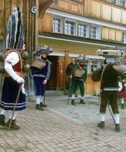Die Wanderer trafen immer wieder auf Klausschuppel, die am alten Silvester von Hof zu Hof zogen. (Bild: PD)