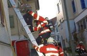 Infolge Rauchentwicklung wurde über ein Treppenhausfenster mit Leitern gerettet. (Bild: Isabelle Kürsteiner)
