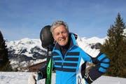 Der ehemalige Skirennfahrer Bernhard Russi begleitete Schulkinder auf die Skipiste. (Bild: Angela Hess)
