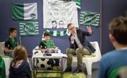 Severin Heeb und Scotty Germann (von links) haben sich auf das Interview mit Matthias Hüppi akribisch vorbereitet. (Bild: Michel Canonica)