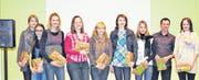 Begleitet von den Lehrpersonen Peter Giger und Karin Schlegel (rechts) erhielten die Schülerinnen Aline, Alma, Cathaline, Tamara, Nina, Nina und Valeria (von links) viel Applaus für ihre Songs.