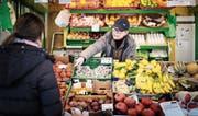 Markthändlerin Rita Zenglein weiss, ob die Tomaten schon aromatisch schmecken oder die Clementinen noch saftig sind. (Bild: Michel Canonica)