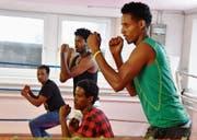 Der Eritreer Mulugeta Tesfay (rechts) ist einer von neun jungen Männern, die am Montagmorgen den Boxsport näher kennenlernten. Er sagt: «Ich hoffe, ich erinnere mich beim nächsten Mal an die Ausdrücke, dann lerne ich etwas dazu». (Bild: Remo Zollinger)
