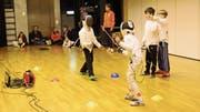 Während zwei Buben mit Maske und Degen miteinander fechten, achten zwei weitere Kinder ohne Masken als Schiedsrichter, dass alles mit rechten Dingen zugeht. (Bilder: Tim Frei)
