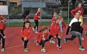 Die jungen Athletinnen und Athleten des STV Oberriet-Eichenwies geniessen sogar das Dehnen, wenn die Vorturnerin Selina Büchel heisst. (Bild: Mäx Hasler)