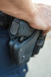 Ein Beamter machte von seiner Schusswaffe Gebrauch, nachdem der Täter mit einem Messer auf ihn losgegangen war. (KEYSTONE/Georgios Kefalas/Symbolbild)