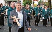 Kirchenverwaltungsratspräsident Daniel Kühnis brachte ein Holzkreuz als christlichen Schmuck für den Gemeindesaal mit. (Bild: Max Pflüger)