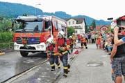 Für das Publikum am Tag der offenen Tür demonstrierte die Feuerwehr Rema, wie ein Löscheinsatz mit dem neuen Tanklöschfahrzeug abläuft. (Bild: Max Tinner)