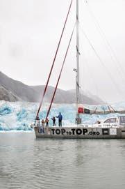 Die Familie Schwörer auf ihrem 15 Meter langen Segelschiff Pachamama. (Bild: PD)