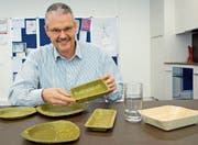Edouard Appenzeller, Chef-Innovationsmanager bei der Bina, zeigt kompostierbares Geschirr aus Blättern. (Bild: Stefan Borkert)