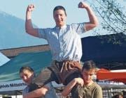 Der Gewinner Werner Schlegel auf den Schultern seiner Clubkameraden Marco Forrer und David Lieberherr. (Bild: PD)