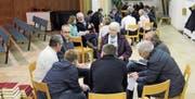 Die Teilnehmer führten ihre erste Sitzung gleich vor Ort durch. Es ging primär um organisatorische Fragen. (Bild: Cecilia Hess-Lombriser)