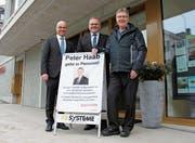 Hereinspaziert: Urban Koller und Peter Mojzisek verabschieden sich dankend von ihrem verdienstvollen Mitarbeiter Peter Haab (von links). (Bild: PD)