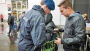Securitas' kontrollieren an der Olma stichprobenartig Taschen und Rucksäcke. (Bild: Ralph Ribi (St. Gallen, 21. Oktober 2016))