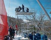Die Kameras werden auf die Podeste, die entlang der Skipisten aufgestellt sind, transportiert.
