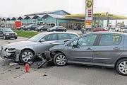 Beim Zusammenstoss haben sich zwei Personen verletzt. (Bild: Kapo SG)