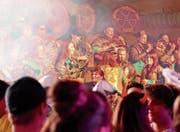 Am Rüthner Maskenball ist gute Stimmung garantiert: Die leidenschaftlichen Fasnächtler feiern hier ihre erste grosse Aufwartung, begleitet von sechs Guggenmusiken. (Bild: Archiv/rez)