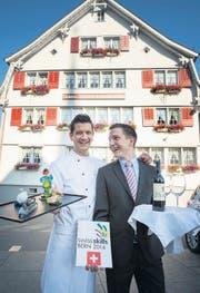 Raphael (links) und David Füger vor dem Betrieb der Eltern in Mörschwil. (Bild: Ralph Ribi)