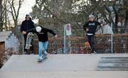 Skater auf der Kreuzbleiche: Noch fahren sie draussen, doch schon bald können sie vielleicht ins Lattich-Quartier zügeln. (Bild: Matthias Fässler)