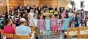 Begeisterter Applaus für Flötenlehrerin Esther Rutishauser und ihre grossen und kleinen Schülerinnen und Schüler. (Bild: Max Pflüger)