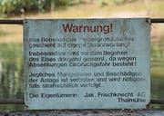 Relikt aus der Vergangenheit: Warntafel auf der Staumauer.