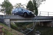 Das Ausweichmanöver endete im Brückengeländer (Bild: kapo sg)