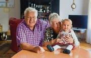 Will es nochmals wissen: UVP-Stadtratskandidat Christian Hostettler mit Frau Marlies und der siebenmonatigen Enkelin Eleni. (Bild: Michel Canonica)