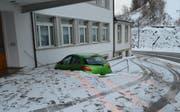 Zuerst prallte das Auto gegen ein Geländer, dann gegen eine Hauswand. (Bild: Kapo AR)