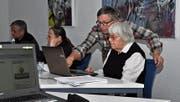 Mit Geduld und Neugier ans Ziel: Kursleiter Heinz Liebi steht der 95-jährigen Claire Speck mit Rat und Tat zur Seite. (Bild: Armando Bianco)