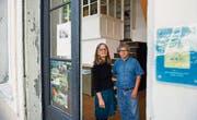 Zwei der ersten Stunde: Sophia Keller und Manuel Girón vor der Casa Latinoamericana in der Eisengasse. (Bild: Urs Bucher)
