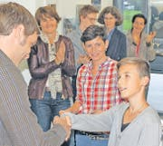 Vernissage mit Gewinner: Roman Rüssmann (links) und Claudia Tobler (Dritte von links) gratulieren Miro Walser. (Bild: Maya Schmid-Egert)