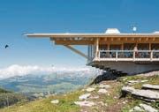 Das Haus besteht vor allem aus einem mächtigen Dach, das die Bergkuppe nachzeichnet. Seine ausdrucksstarke Holzkonstruktion vermittelt Sicherheit und Geborgenheit. (Bilder: Hanspeter Schiess)