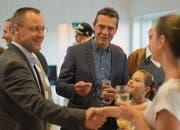 Toni Thoma (Mitte) freudestrahlend an der gestrigen Wahlfeier im Otmarzentrum. (Bild: Benjamin Manser)
