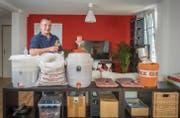 Seit März hat Markus Berger 600 Liter Bier gebraut. Langsam wird seine Wohnung für sein Hobby zu klein, er sucht darum einen Raum zum Mieten. (Bild: Urs Bucher)