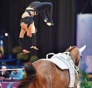 Ramona Näf mit ihrem spektakulären Salto beim Abgang. (Bilder: Daniel Kaiser)
