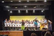 Gelungenes Experiment: der Männerchor Gossau und der Frauenchor Querbeet am gemeinsamen Auftritt im Fürstenlandsaal. (Bild: Urs Bucher)
