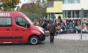 Die Primarschüler aus Lütisburg empfangen den neuen Schulbus in der Arena. (Bild: PD)