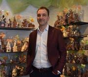 Gregor Menzi ist Geschäftsführer des Cafés Abderhalden in Wattwil, zu dem auch eine Bäckerei und eine Konditorei gehören. Dort können seit Ende Februar Schoggihasen erworben werden. (Bild: Leona Dieckmann)
