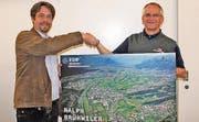 Ralph Brühwiler (rechts) nimmt die Ehrung zum Rheintaler FDP-Mann des Jahres von Michael Jäger entgegen. (Bild: pd)