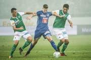 Ein Bild mit Symbolcharakter: Cedric Itten setzt sich gegen Stjepan Kukuruzovic und Karim Haggui durch. (Bild: Ralph Ribi)