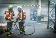 Die Feuerwehr Wittenbach am Dienstagnachmittag im Einsatz in der Lagerhalle der Spühl GmbH. (Bild: Ralph Ribi)