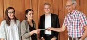 Niklaus Akermann, HIF-Vorstandsmitglied und Lehrperson am Zentrum für berufliche Weiterbildung, überreichte den erfolgreichen Lehrabgängern die Preise: Narin Altindas, Elisa Serlini und Joshua Weber (v. l.). Alle hatten eine dreijährige Lehre absolviert. (Bilder: Andrea Häusler)