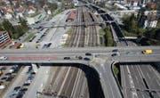 Wirtschaftsverbände halten an ihrer Forderung fest, eine Überdachung des Bahnareals in St. Fiden zu prüfen. (Bild: Ralph Ribi (10. April 2017))