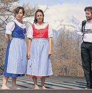 Schweizer Trachten, in Chile genäht: Nina Willimann (Mitte) posiert mit Paulina Alemparte Guerrero und Aldir Polymeris. (Bild: pd)